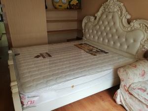 Kičasta postelja z vzmetnico